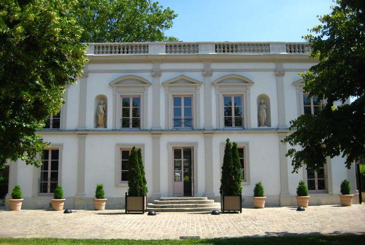Photo couleur de la maison des arts depuis le jardin